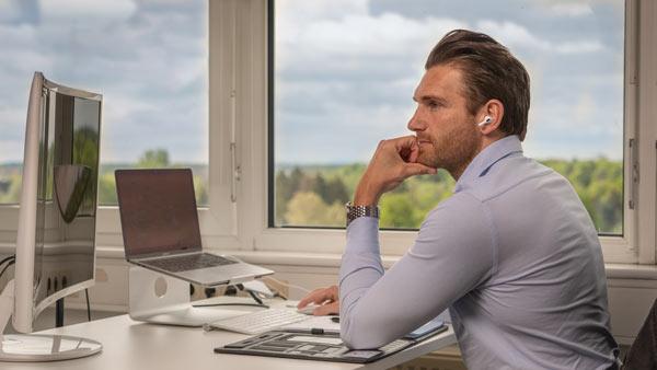 Christopher Nachtwey sitzt in seinem Büro in Hannover.